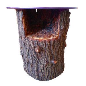 Ein Beistelltisch aus einem Baumstamm mit eingeschnitzten Fach Ablage in Lila von Tabula Grasa