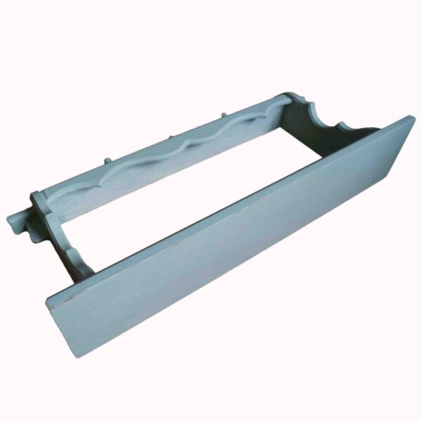 Dieses Upcycling-Produkt ist ein Regal zum Aufhängen als Küchenregal oder Garderobe in einem Shabby-Look oder Landhaus-Style