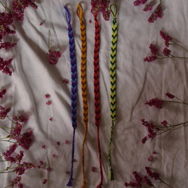 Selbstgemachte geknüpfte Bändchen für Arm und Fuß, bunt, individuell von Tabula Grasa
